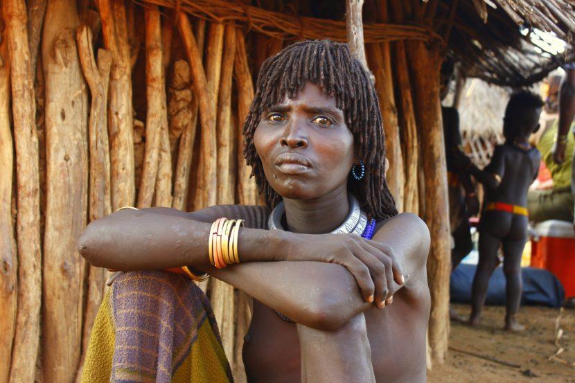 Lepa ženska v plamenu Hamer v Etiopiji je tista, ki ima največ brazgotin na hrbtu.