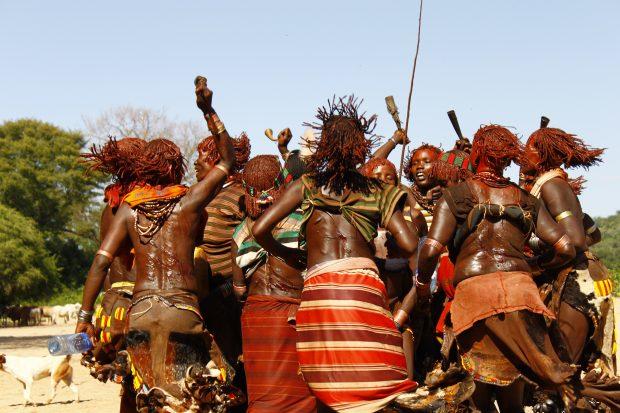 obred bičanja žensk v plemenu Hamer, Etiopija