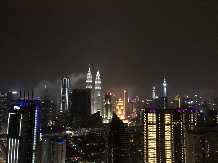 Malezija ima glavno mesto Kuala Lumpur, kjer se prepletata staro mestno jedro in moderni nebotičniki.